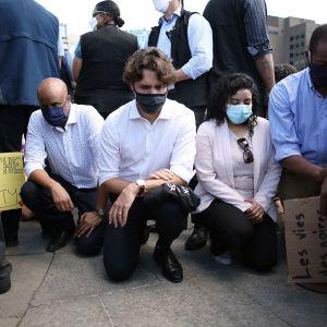 Kuvassa Justin Trudeau polvistuu BLM-mielenosoituksessa.