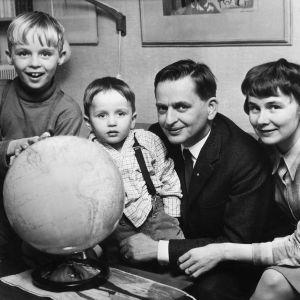 Olof ja Lisbeth Palme lapsineen vuonna 1966.