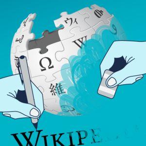Kynää ja pyyhekumia pitelevät kädet ja Wikipedian logo
