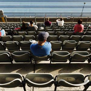 Yleisö seuraa turvavälein yleisurheilun Uusi Alku kutsukilpailua 7. kesäkuuta 2020 Lahdessa.
