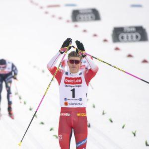 Johannes Hösflot Kläbo tuulettaa sprinttivoittoa Oberstdorfissa tammikuussa 2020.