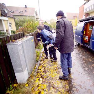 Poliisin tekniset tukijat työskentelevät rikospaikalla Linköpingissä.