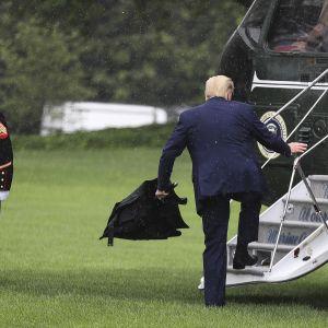 Donald Trump menossa helikopteriin