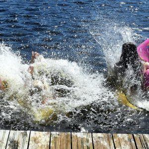 nuoret hyppäsivät veteen