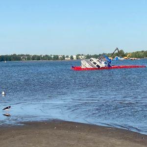 vene karilla Hietalahden uimarannalla