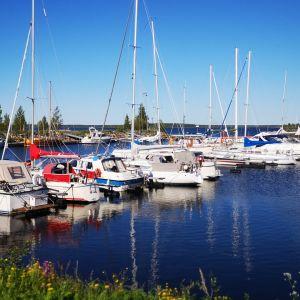 Leton veneilykeskus, veneitä laiturissa.