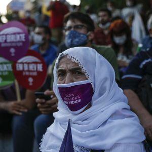 Kuvassa on turkkilainen nainen.