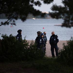 Kuvassa on poliiseja Hietaniemen uimarannalla Helsingissä juhannusyönä 20. kesäkuuta 2020.