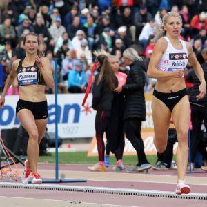 Sara Kuivasto juoksee.