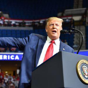 Kuvassa on DOnald Trump Tulsassa