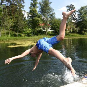 Uimareita Turengin Liinalammen uimarannalla.
