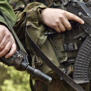 Sotilailla aseet kädessä, lähikuva