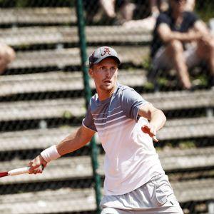 Patrick Kaukovalta pelaa tennistä SM-turnauksessa Helsingissä.