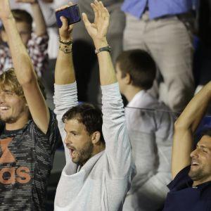Alexander Zverev (vas.), Grigor Dimitrov ja Novak Djokovic hurraavat Balkanin turkauksessa, kun Filip Krajinovic ja Dominic Thiem pelasivat Belgradissa finaalia.