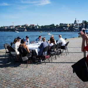 Kuvassa nainen ottaa kuvaa seurueestaan Tukholmassa.