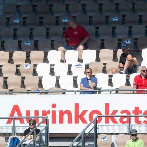 Yleisöä HJK-KuPS-ottelussa Kansallisessa liigassa.