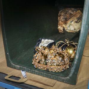 Kuvassa kruununjalokivet ovat roskiksessa.