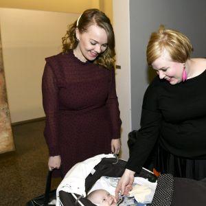 Keskustan puheenjohtaja Katri Kulmuni (vas.) ja Annika Saarikko sekä Saarikon vauva keskustan puoluehallituksen ja eduskuntaryhmän yhteisessä talvikokouksessa Helsingissä 23. tammikuuta.