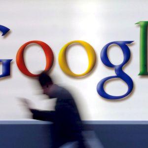 Mies kävelee Googlen logon editse