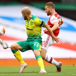 Norwichin Teemu Pukki (vas) ja Arsenalin Shkodran Mustafi kamppailutilanteessa. 1.7. 2020