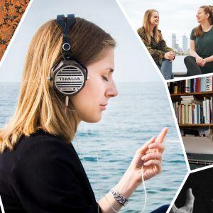 Nainen istuu merenrannalla kuulokkeet päässään, ympärillä kuvia eri podcasteista.