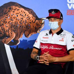 Kimi Räikkönen juttelee medialle ennen Itävallan F1-osakilpailua. 2.7. 2020
