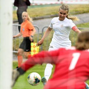 TiPSin maalivahti Riina Isokääntä sekä PK-35 Helsingin Amanda Rantanen jalkapallon Kansallisen liigan ottelussa TiPS - PK-35 Helsinki Tikkurilassa.