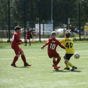 Tiukkaa kamppailua pallosta MPS (kelt.) vs FC Viikingit -ottelussa jalkapallon Helsinki Cupin avajaispäivänä Tapiolan Urheilupuistossa.