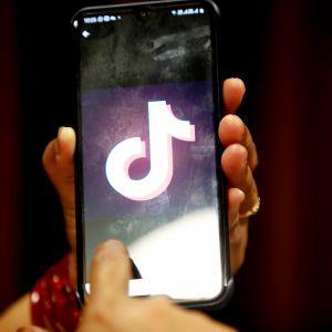 Tiktokin logo puhelimen näytöllä.