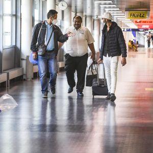 Matkustajia Helsinki-Vantaan lentoasemalla 25. kesäkuuta.