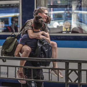 Nuori pari sylikkäin Prahan rautatieasemalla.