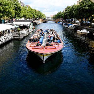 Vesibussi kanavassa Kööpenhaminassa.