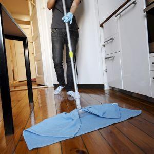 Siivooja työssään yksityiskodissa.
