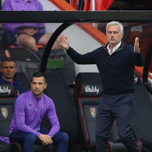 Jose Mourinho levittelee käsiään kentän laidalla.