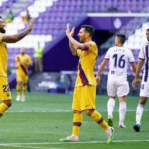 Arturo Vidal ja Lionel Messi tuulettavat Barcelonan ainokaista osumaa.