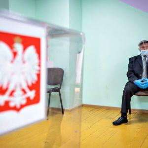 Äänestyspaikka Puolan presidentivaaleissa sunnuntaina 12. heinäkuuta 2020.