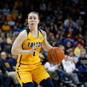 Toledo Rocketsin Sara Rokkanen kuljettaa palloa.