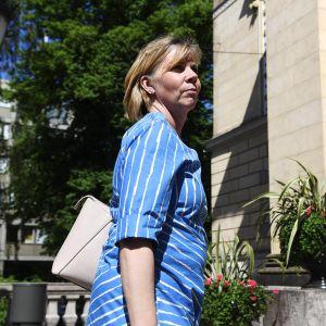 Oikeusministeri Anna-Maja Henriksson menossa hallituksen neuvotteluihin Säätytalolle Helsingissä 17. kesäkuuta 2020.