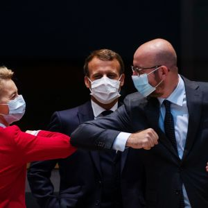 Kuvassa Ursula von der Leyen ja Charles Michel kyynärpäätervehtivät.