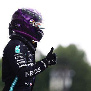 Lewis Hamilton näyttää peukkua Unkarin paalupaikan jälkeen 2020.