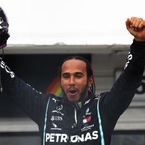 Lewis Hamilton tuulettaa Unkarissa 2020