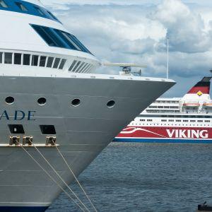 Tallink Siljan ja Viking Linen suuret matkustajalautat ovat kuin vierekkäin sataman vastakkaisilla puolilla.