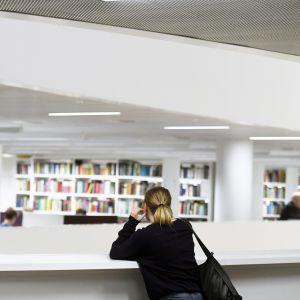 Opiskelija Helsingin yliopiston pääkirjastossa Kaisa-talossa Helsingissä.