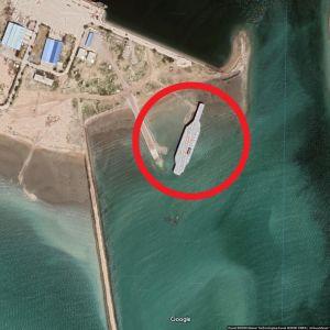Iranin valmistama kopio USA:n lentotukialuksesta Hormuzinsalmella.