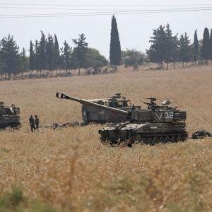 Israelin panssarivaunuja lähellä Libanonin rajaa.