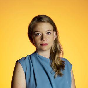 Iida Tikka kuvattu studiossa oranssilla taustalla