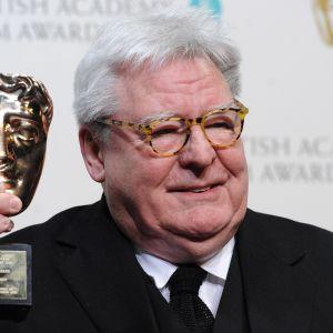 Ohjaaja Alan Parker vastaanottamassa Britannian elokuva-akatemian palkintoa.