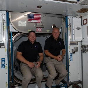 Astronautit Bob Behnken ja Doug Hurley kansainvälisellä avaruusasemalla kuvattuina
