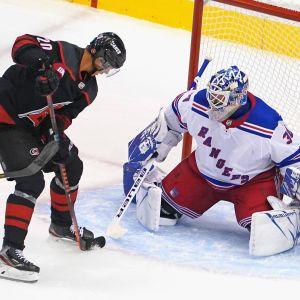 Carolina-hyökkääjä Sebastian Aho oli paha pideltävä Rangers-maalivahti Henrik Lundqvistille