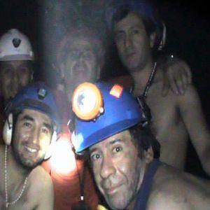 Kaivokseen jumiin jääneet miehet poseeraavat